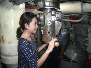 A Thailand tourist trying the submarine telescope