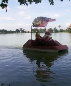 Danau buatan dan perahu pedal di TRK Bangkalan